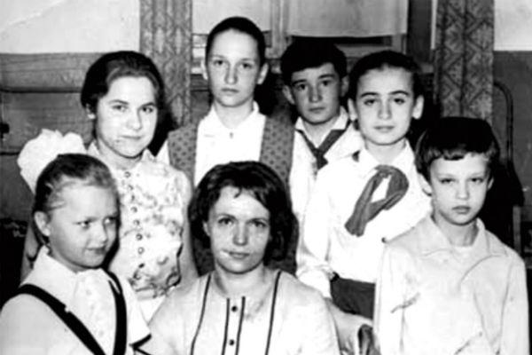 Маленький Саша ( крайний справа) пел в хоре