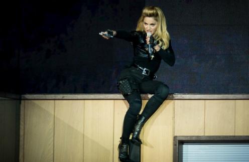 Мадонна на сцене своего шоу MDNA