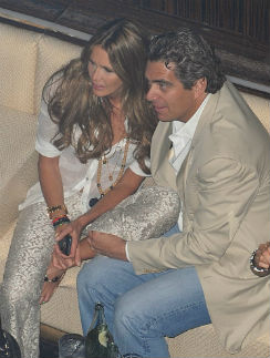 Эль Макферсон с возлюбленным на вечеринке в Майами