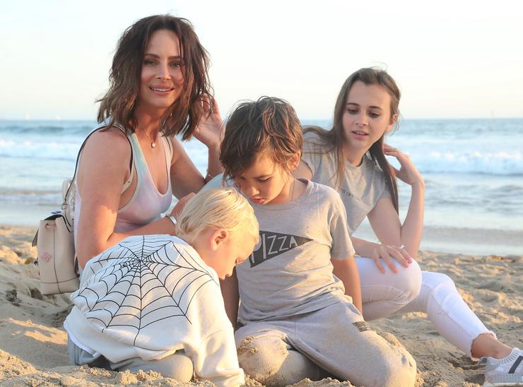 Сейчас артистка одна воспитывает троих детей