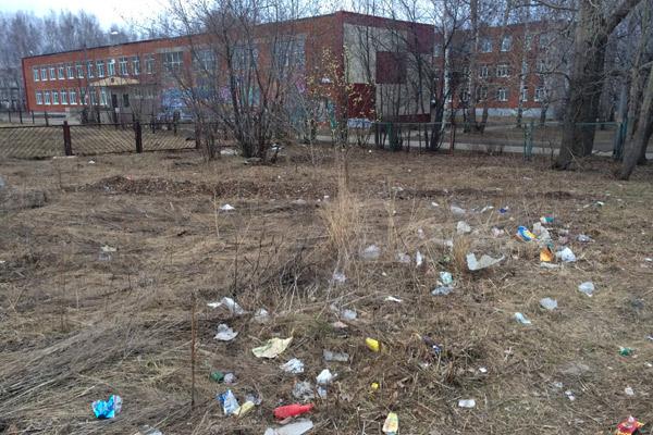 Руководители города оправдывают бардак отсутствием денег на содержание территории.