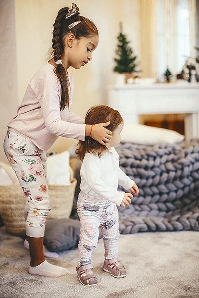 Маруся обожает нянчиться с Теоной, учит ее ходить