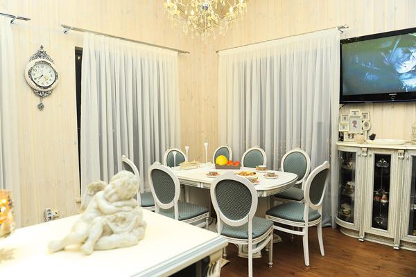 Гостиная оформлена в классическом стиле