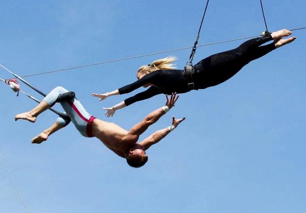 На трапеции все желающие смогу почувствовать себя воздушными гимнастами