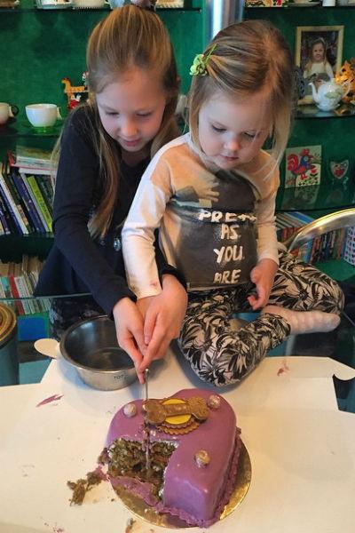 Маленькие Лида и Вера радуют свою знаменитую маму маленькими успехами в учебе