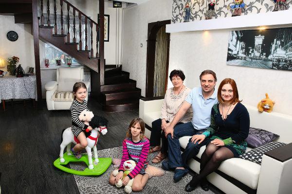 Карина с мужем, мамой и дочерьми