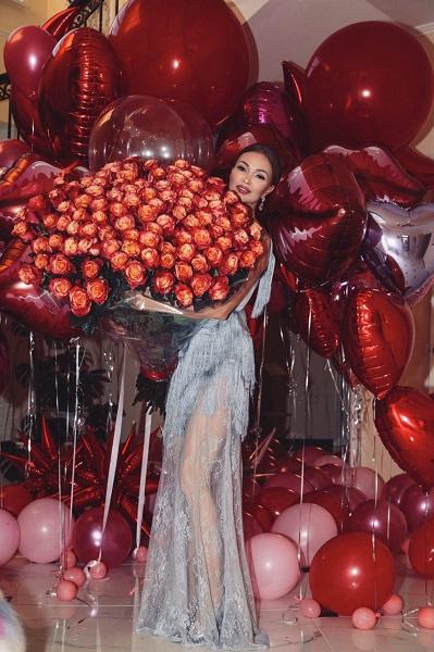 Этот шикарный букет цветов Евгении подарил ее любимый мужчина, о котором она пока не рассказывает