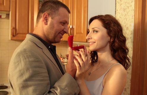 В третьем сезоне отношения Карпова и Светы развиваются...