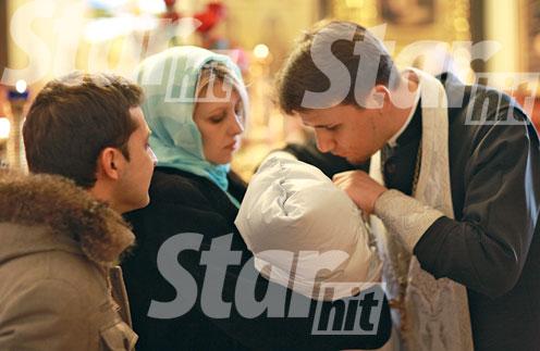 Во время таинства малыш дремал на руках у мамы