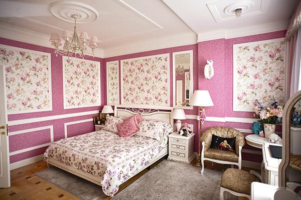 «Спальню оформила в розовых тонах. Считаю, что девочкам в этом цвете комфортно», – говорит Ирина