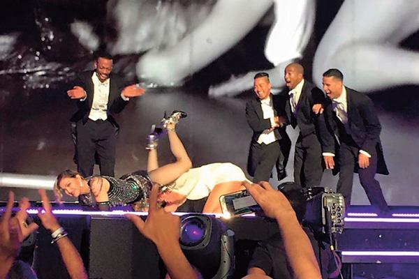 Когда Мадонна вывела Оксану на сцену, началась настоящая вакханалия