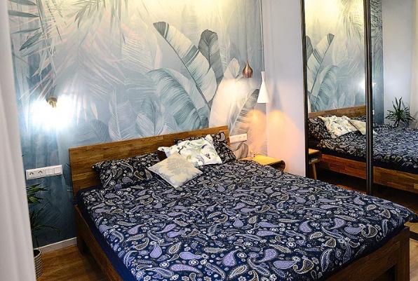 Разноуровневое освещение в спальне создает атмосферу отдыха и уюта