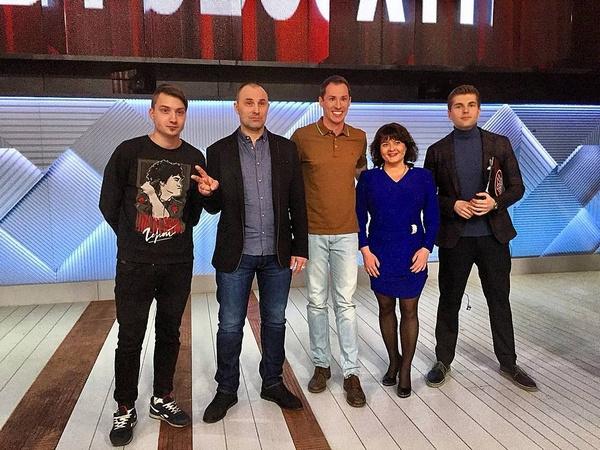 Эдуард Сорокин с женой и сыном, Тимуром Еремеевым и ведущим Дмитрием Борисовым