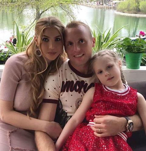 Денис Глушаков с женой и дочерью