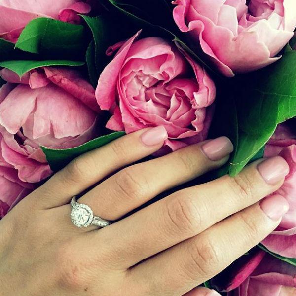 Галина продемонстрировала помолвочное кольцо