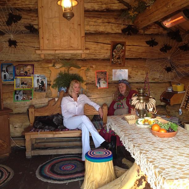 Волочкова беседует со сказочной старушкой