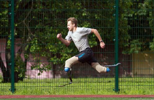 Александров тренируется на уникальных протезах – почти таких же, как у бегуна Оскара Писториуса, шестикратного чемпиона летних Паралимпийских игр. Питерский спортсмен занимается на ближайшем к дому стадионе ежедневно по 2,5 часа. Лето 2012 года