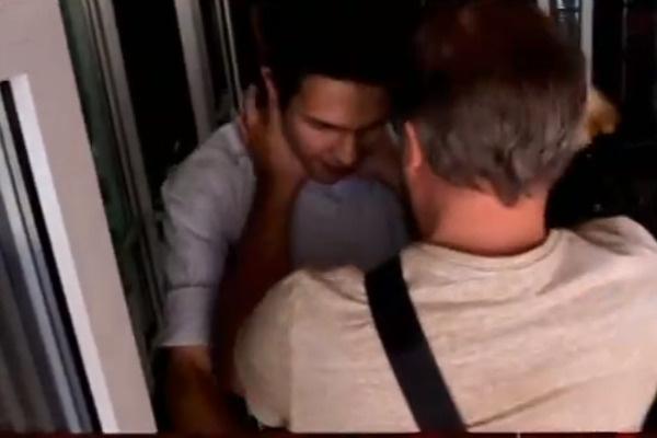 Иван держит за горло корреспондента