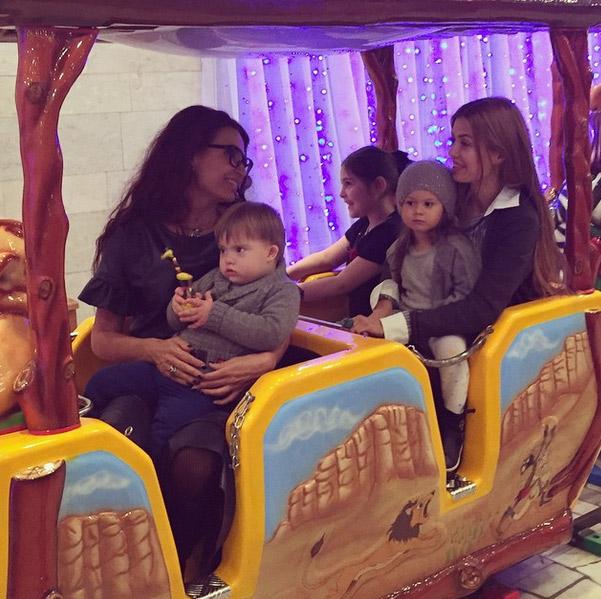 Эвелина Бледанс и Виктория Боня с детьми