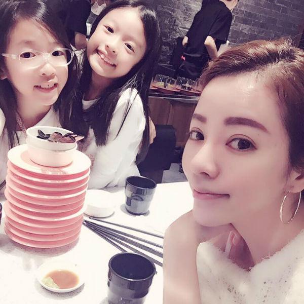 40-летняя Фэйфэй воспитывает двух очаровательных дочек