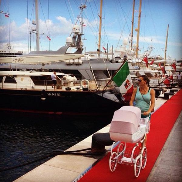 Елена Исинбаева гуляет с дочерью в порту