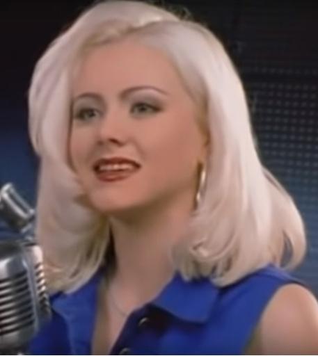 Темный макияж и неестественный блонд добавляли возраст