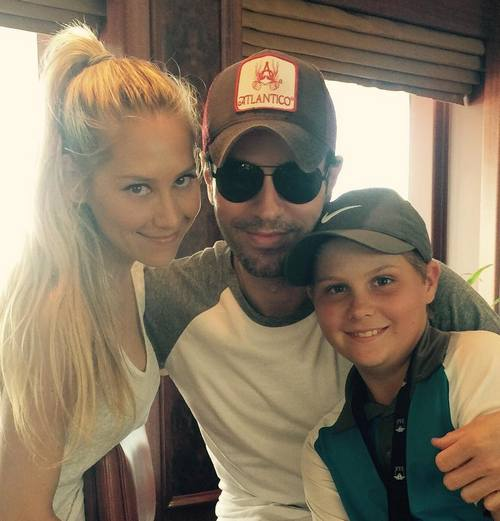 Анна Курникова с младшим братом Алланом и своим возлюбленным Энрике Иглесиасом