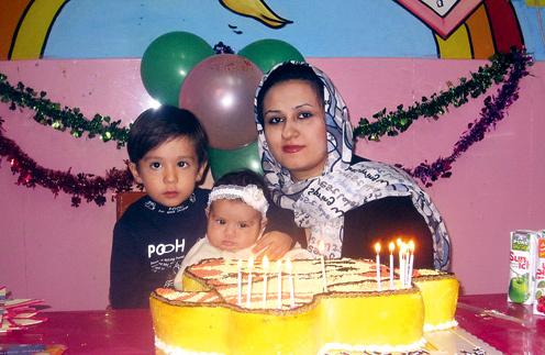 Старшая дочь экстрасенса Фатимэ со своими детьми Амиртахой (слева) и Тарой. Тегеран, 2012 год