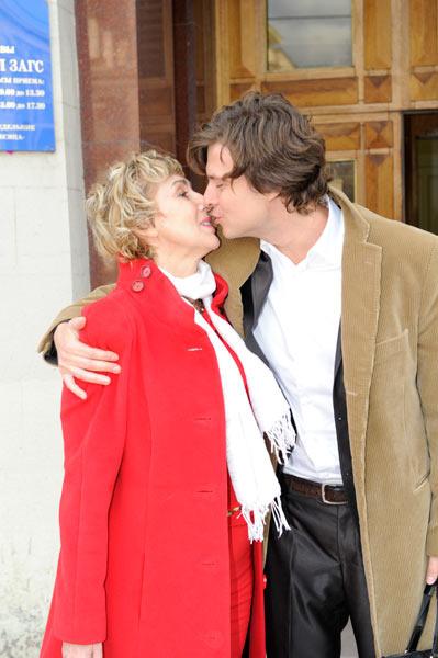 Пара страстно целовалась на пороге ЗАГСа