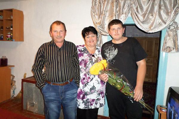 Благодаря певице Леша абсолютно здоров (на фото – с родителями. Ноябрь 2013 года)