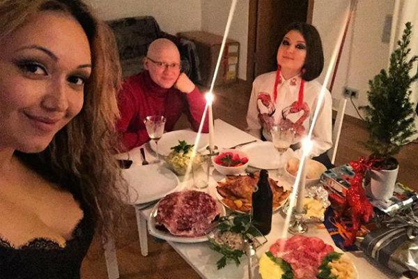 Возлюбленные встретили Новый год с друзьями