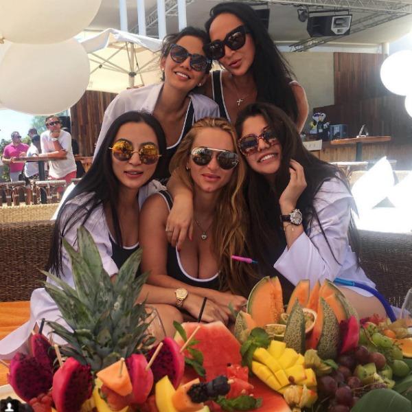 Накануне свадьбы Мадина с подругами отдыхала в Испании