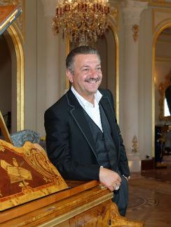 Тельман Исмаилов известен своей щедростью: говорят, каждый день он дарит жене драгоценности