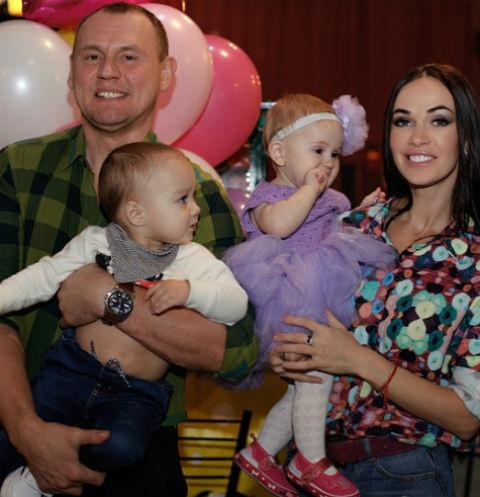 Степан и Евгения Меньщиковы с детьми