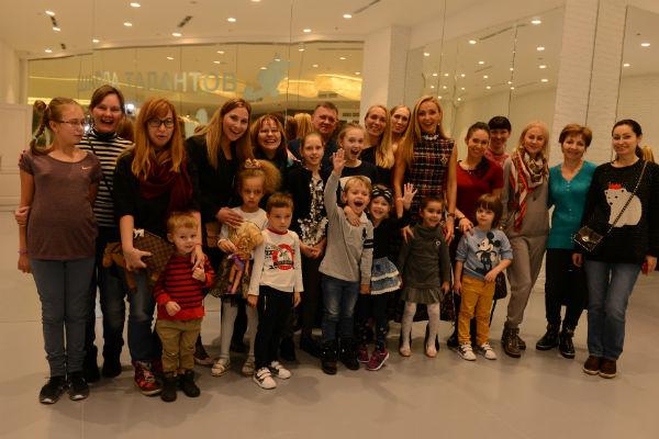 Воспитанники школы Татьяны Навки и их родители