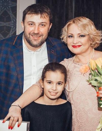 Роман Богданов с дочерью на юбилее Пермяковой