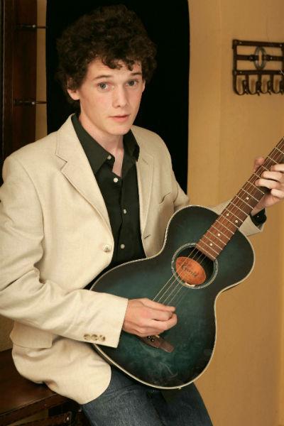 Антон Ельчин в детстве учился играть на гитаре