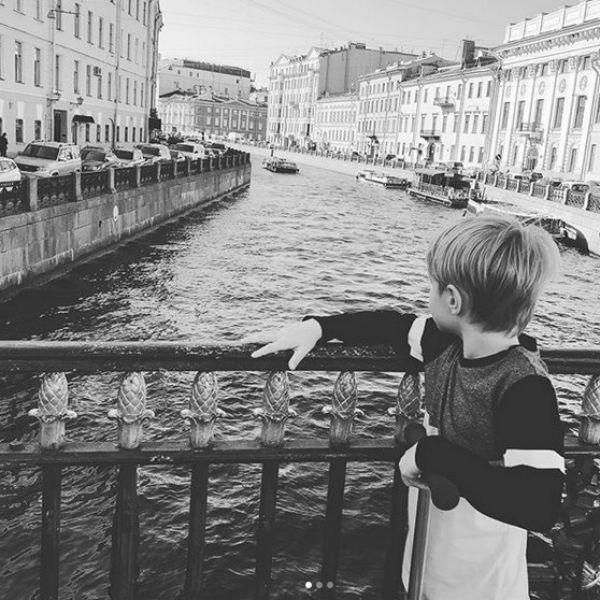 Сын Андрей часто гуляет по Питеру с мамой