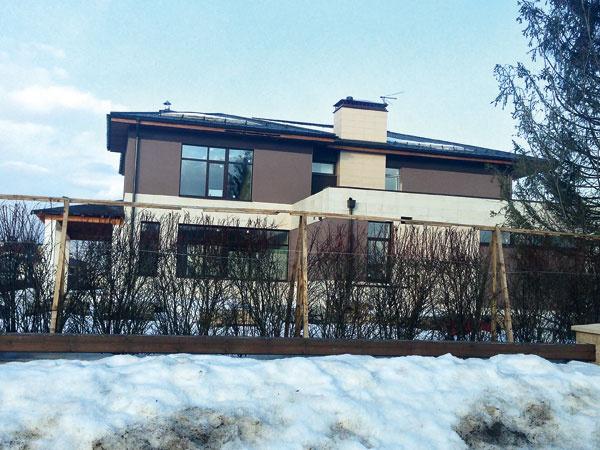 «СтарХит» писал, что накануне Нового года дом стоил $3,5 млн. Сейчас Сергей готов скинуть $500 тысяч