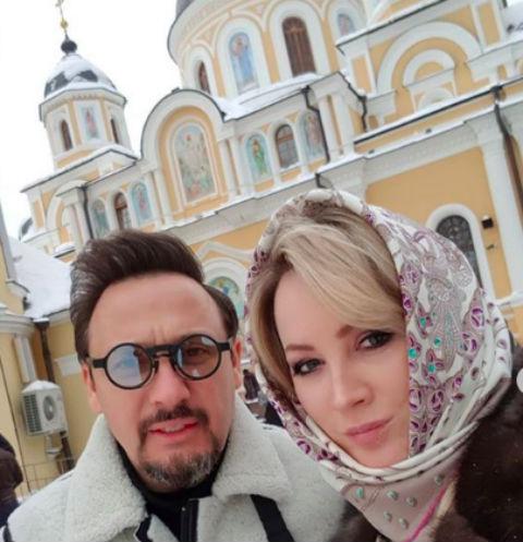 Стас и Инна Михайловы у Покровского храма в Прощеное воскресенье