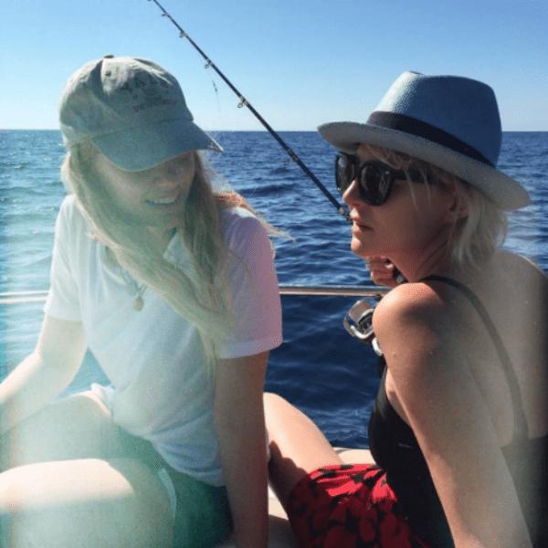 Рената ловит рыбу с яхты с дочерью
