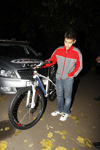 Саша со своим новым велосипедом