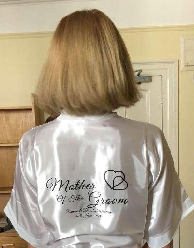 Оксана Бутман в халате с надписью «мама жениха»