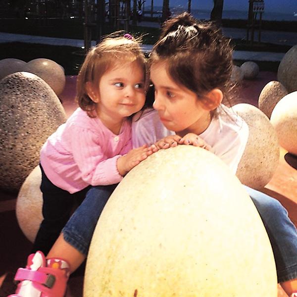 Алиса любит смешить двухлетнюю сестру Амели