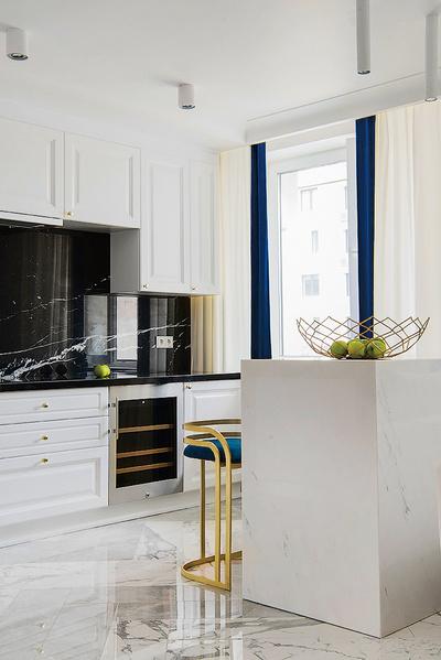 Кухонная столешница выполнена из черного мрамора