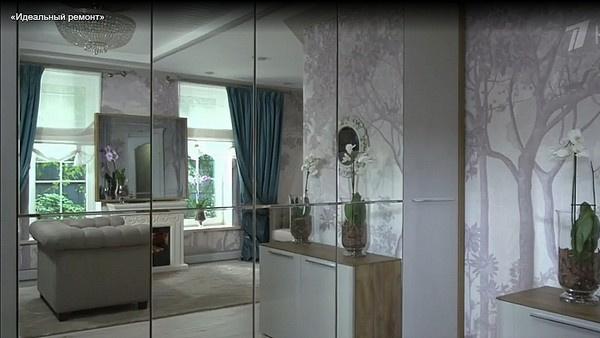 Зеркальный шкаф еще больше увеличивает пространство