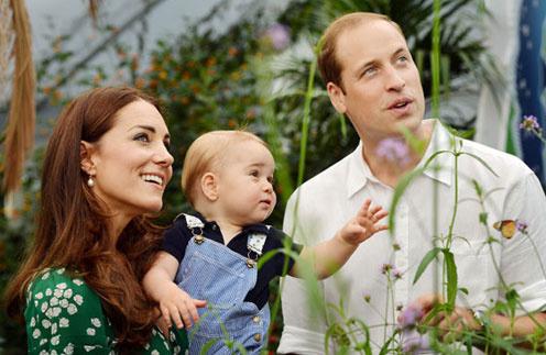 Принц Георг с мамой и папой на выставке бабочек