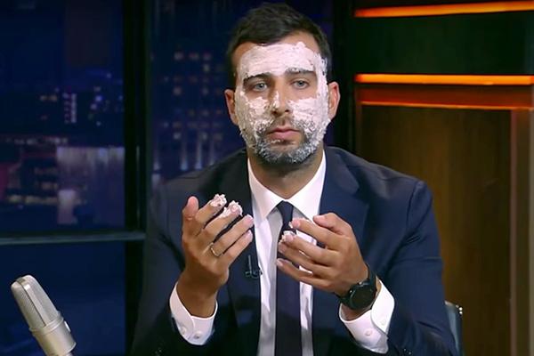 Иван Ургант тестирует маску для лица