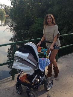 Алеса Качер на прогулке с крестником