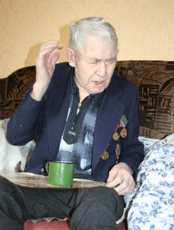 Михаил Пугин плохо видит и почти не слышит. Кормят больного старика соседи – за деньги
